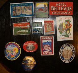 Ephemera -  Konvolut von 12 historischen Hotel-Papierplaketten aus den 1950er (?) Jahren.