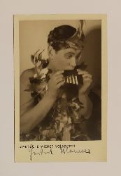 Klomser, Herbert  (Unbeschriebene) Postkarte mit Portrait von Herbert Klomser und eigenhändiger Unterschrift.
