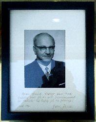 Autograph - Jonas, Franz  Gerahmtes Orig.-Foto mit EIGENHÄNDIGER WIDMUNG UND SIGNATUR von Franz Jonas.