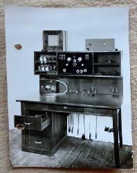 """Hatzold, Rudolf  Original-Fotografie v. Rudolf Hatzold """"Arbeitstisch eines Tontechnikers mit Schallplattenspieler in der Schublade"""""""