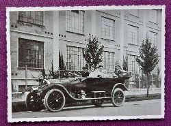 Ansichtskarte AK Familie mit Chauffeur im Oldtimer vor einer Fabrik